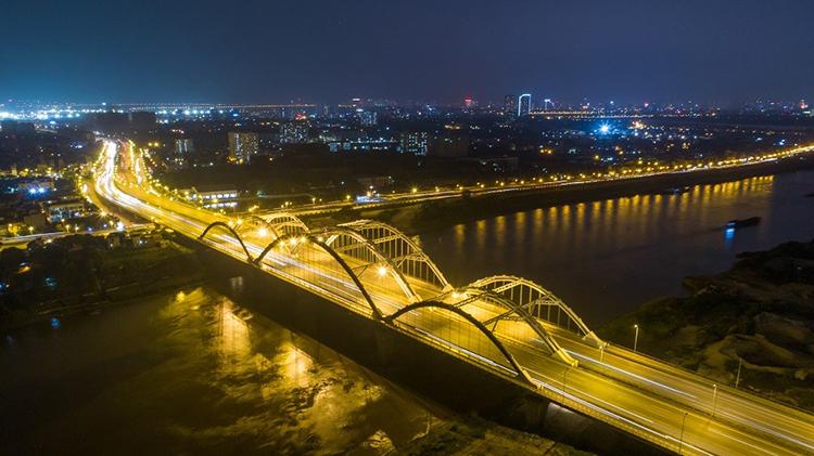 Cầu Đông Trù bắc qua sông Đuống, kết nối Đông Anh và quận Long Biên.